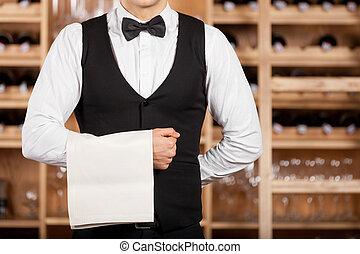 debout, waiter., serviette, serveur, étagère, image, jeune, tondu, main, confiant, sien, tenue, devant, vin