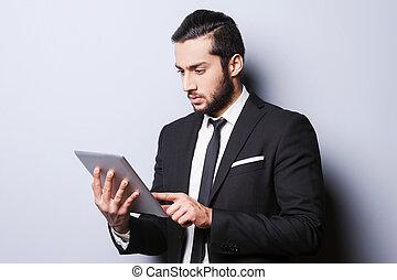debout, working., fonctionnement, always, tablette, jeune, contre, gris, confiant, quoique, formalwear, fond, numérique, sérieux, homme