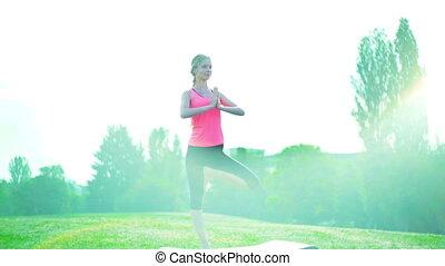 debout, yoga, soleil, pose, lumière soleil, matin, park., ...