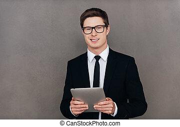 debout, you., aide, tablette, always, jeune, formalwear, gris, confiant, quoique, contre, fond, numérique, prêt, sourire, tenue, homme