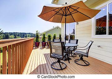 deck, mit, tisch, stühle, und, umbrella.