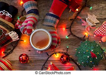 decoração, coloridos, copo, chá, festivo, quentes, woman?s, luvas, segurar passa, natal