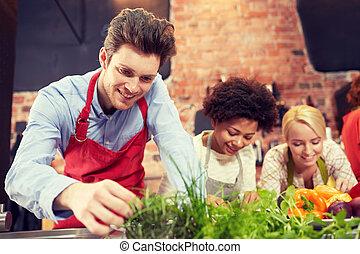 decorar, cocina, amigos, platos, feliz
