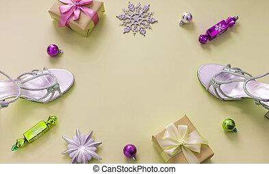 decorativo, apartamento, arco presente, árvore, caixa, amarela, natal, toys., fita, configuração, fundo, composição, sandálias, snowflake, prata