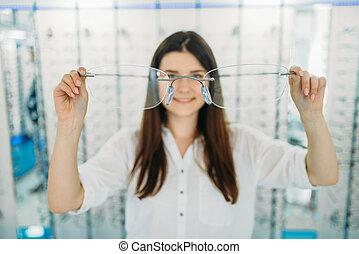 decorativo, inmenso, mujer, óptico, asideros, anteojos, tienda