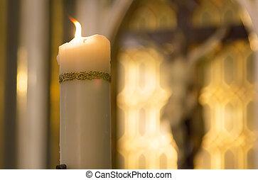 decorato, bianco, candela, urente, dentro, uno, cattolico, con, il, immagine, di, cristo, dietro, chiesa
