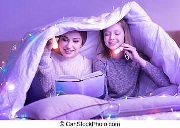 dedicado, filha, cobertor, mãe, sob, leitura
