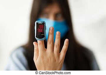dedo, cara, adulto femenino, pulso, nivel, oximeter, oxígeno, sangre, medición, máscara