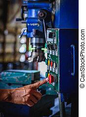 dedo, empurrão, ligado, vermelho, emergência, parada, interruptor, máquina moendo, em, fábrica, workshop.