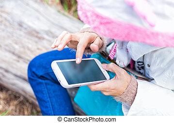 dedo, tocar, de, menina, tela, ligado, telefone móvel