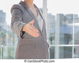 dehors, atteindre, main, femme affaires