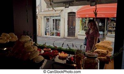 dehors., confiserie, très, regarder, girl, tir, rouges, fenêtre, beau, savoureux, magasin, robe, gâteaux, intérieur