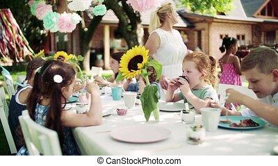 dehors, eating., table jardin, séance, fête, enfants, petit, été