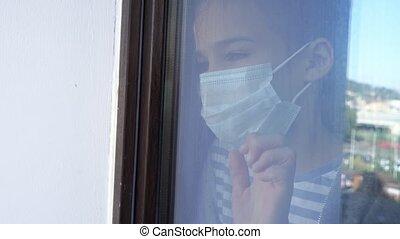 dehors., girl, fenêtre, regard, adolescent, masque, par, verre., dehors, protecteur