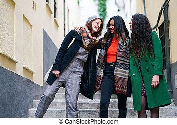 dehors, heureux, trois, marche, groupe, multiethnic, femme, ensemble