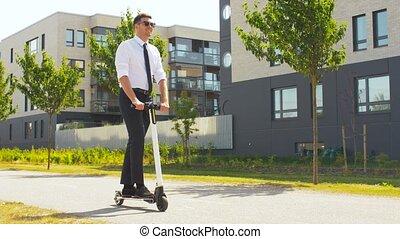 dehors, homme affaires, jeune, scooter électrique,...