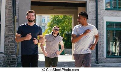 dehors, jeune, courir mâle, amis, hommes, ou