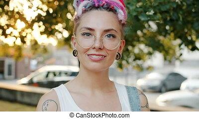 dehors, jeune, portrait, sourire, style, unique, femme, gai,...