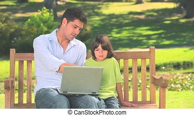 dehors, père, ordinateur portable, fils