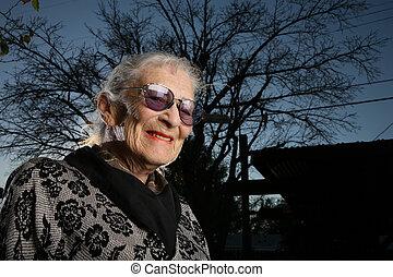 dehors, portrait, femme aînée, sourire