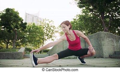 dehors, stretching., exercice, ville, femme, jeune
