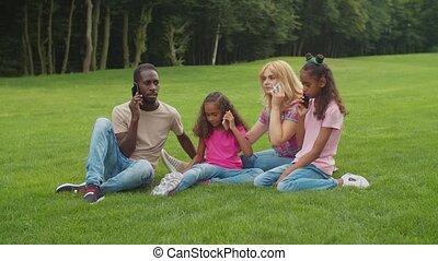 dehors, téléphones, intelligent, multiethnic, famille, occupé