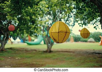dekor, von, forest., hängender , laternen, auf, bäume.