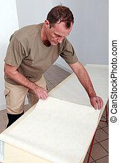 dekorateurin, gebrauchend, a, tapete, tisch