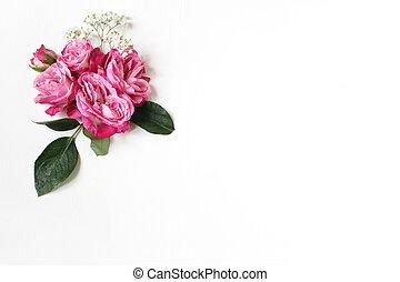 dekorativ, blumen-, zusammensetzung, mit, rosafarbene rosen, grüne blätter, und, und, atem babys, gypsophila, blumen, weiß, tisch, hintergrund., wohnung, legen, oberseite, ansicht., wedding, oder, geburstag, styled, bestand, photo.