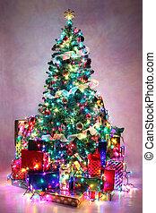 dekoriert, weihnachtsbaum, mit, bunte, lichter, umgeben, per, geschenke.