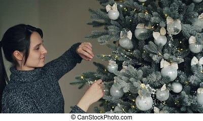 dekorowanie, boże narodzenie, piłki, przystojny, ludzie, concept., świąteczny, dzień drzewa, światła, dotykanie, occasion., ferie, rok, nowy, dziewczyna, cieszący się, uśmiechanie się, srebro, przed