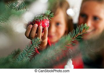 dekorowanie, drzewo, boże narodzenie, rodzina
