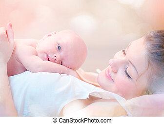 dela, abraçando, recem nascido, mãe, bebê, beijando, feliz