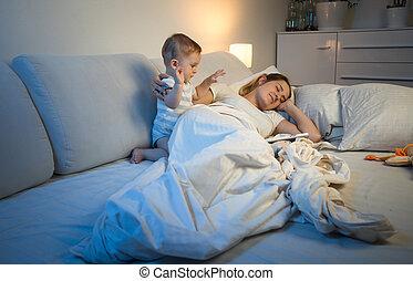 dela, cima, cansadas, jovem, despertar, enquanto, sono, noturna, bebê, tentando, mãe