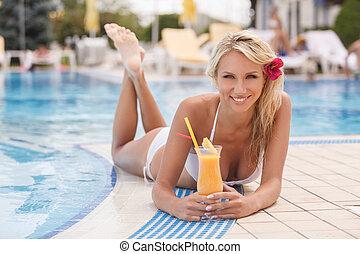 dela, coquetel, poolside., jovem, mão, biquíni, câmera, atraente, poolside, sorrindo, bebendo, mentindo, mulheres