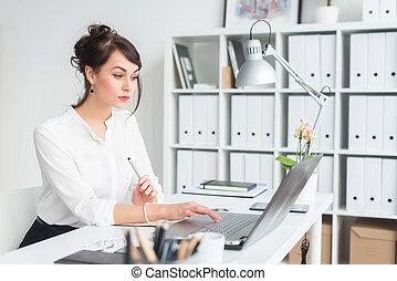 dela, escritório, attentively., laptop, escritório, trabalhador, olhando jovem, local trabalho, femininas, digitando, retrato, sentando, tela