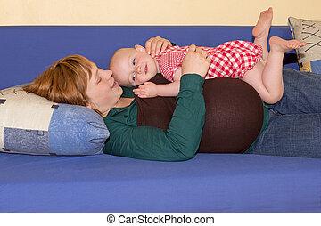 dela, grávida, mãe, menina bebê, tocando