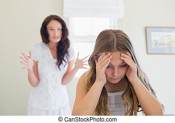dela, gritar, cama, enquanto, mãe, menina, frustrado