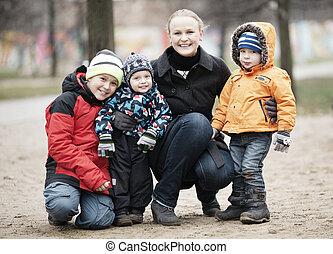 dela, jovem, três, mãe, crianças, feliz