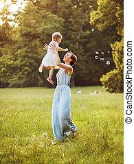 dela, mãe, lançar, encantado, criança, encantador