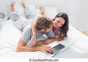 dela, marido, bonito, abraçar, cama, mulher