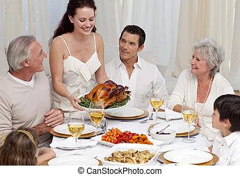 dela, natal, mostrando, jantar, mulher, peru, família