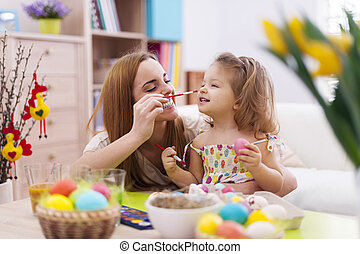 dela, ovos pintura, bebê, enquanto, ter, mãe, divertimento,...