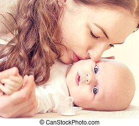 dela, recem nascido, mãe, bebê, beijando, feliz