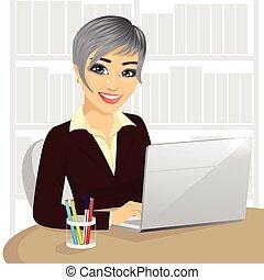 dela, trabalhando, sucedido, executiva, laptop, jovem, digitando, escritório