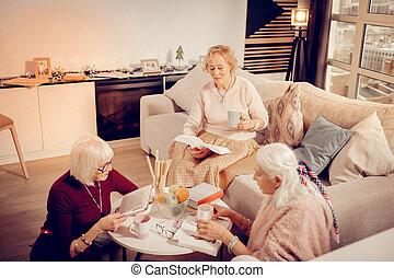 delen, liefde, literatuur, het kijken, goed, seniore vrouwen