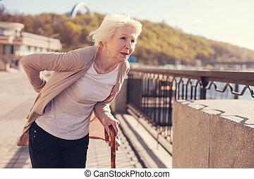 delgado, mujer mayor, sufrimiento, de, disco herniated, dolor