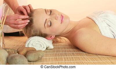 Delicate Fingertip Hair Massage
