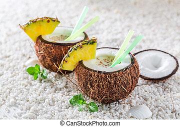 delicioso, pinacolada, en, coco, con, piña, y, menta, hojas