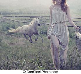 delikat, brunett, framställ, med, häst, in, den, bakgrund